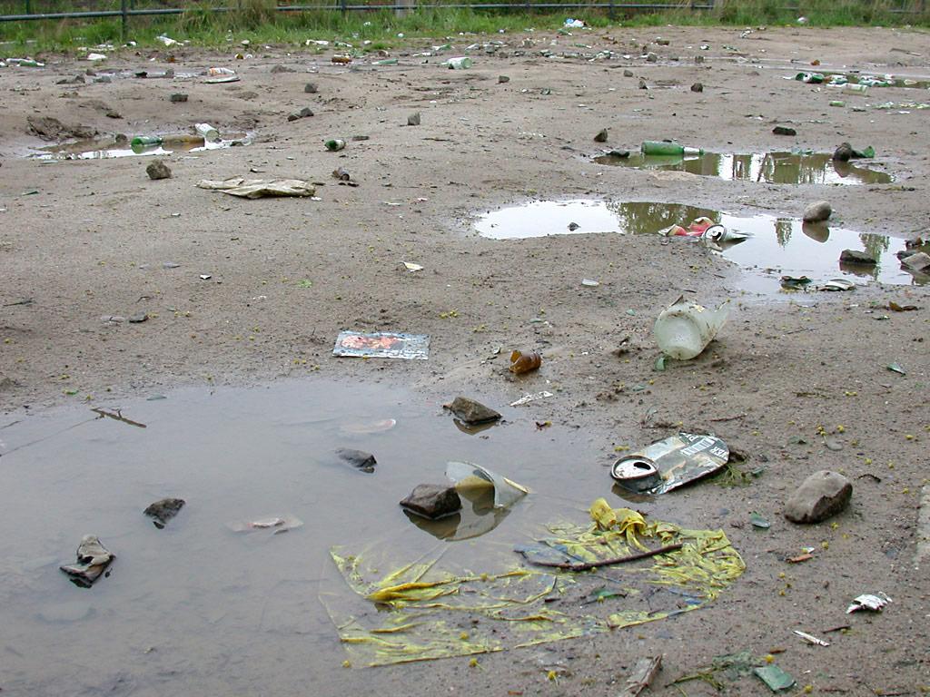 Berlin: erster Mai: Flaschen, Steine, Müll am Mauerpark